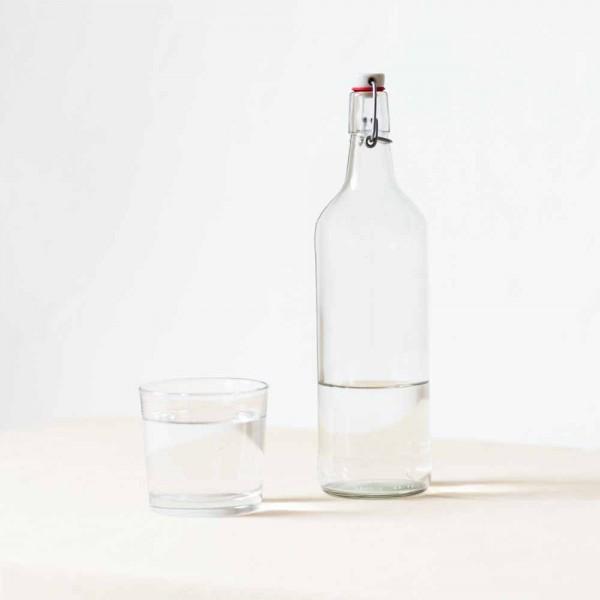 Flasche mit Testwasser verschiedener Filteranlagen